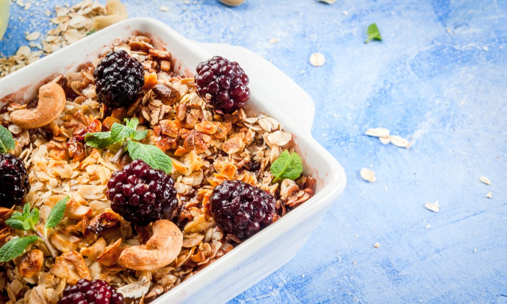 MAKE THIS VEGAN BAKED OATMEAL ON SUNDAY AND HAVE BREAKFAST ALL WEEK